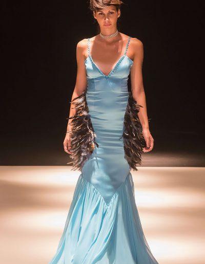 Carlos Forcen vestido plumas