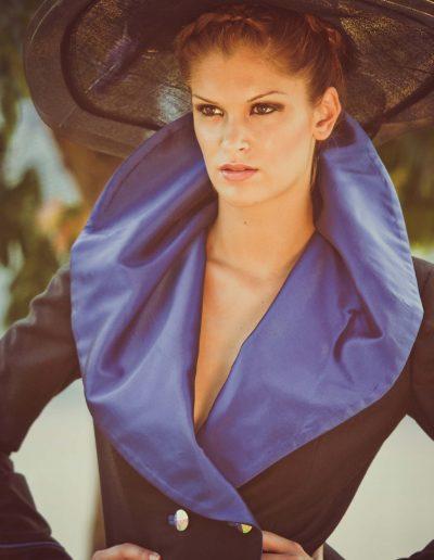 Carlos Forcen diseño traje de falda y chaqueta en azul y negro